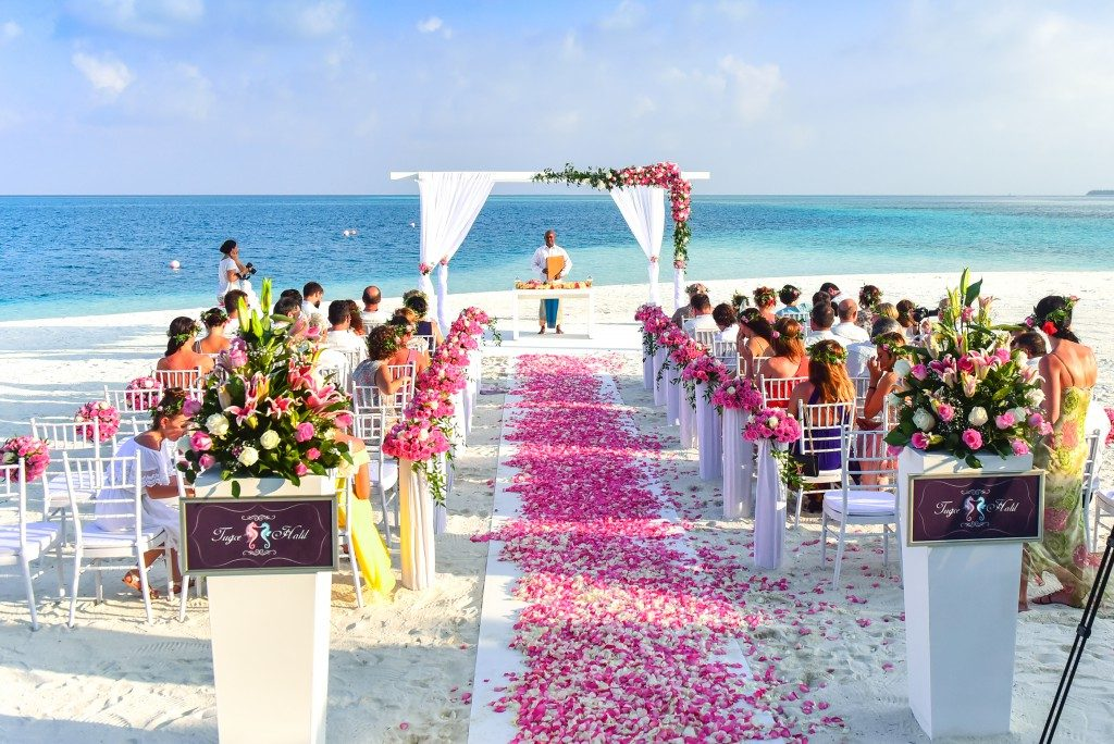 Hawaiian wedding traditions pez productions if you like the idea of getting leid at the beginning of your wedding ceremony then a hawaiian wedding may be right up your alley junglespirit Gallery